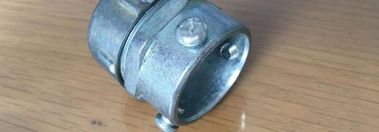 Đầu nối ống ruột gà với ống EMT